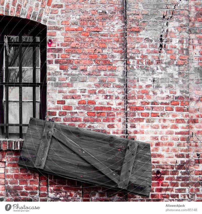 Sturmschäden alt schön rot Wand Fenster Holz Mauer Tür verfallen Tor Quadrat Backstein Müdigkeit Eingang schäbig bauen