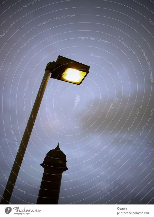 Wasserturm Straßenbeleuchtung Rummelsburg Friedrichshain Laterne Lampe Funzel Licht schlechtes Wetter dunkel Wolken Silhouette bezogen Glühbirne Berlin trüb