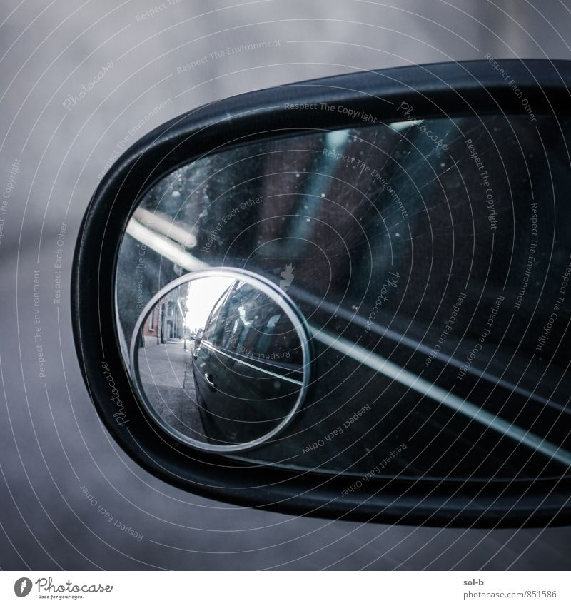 Spiegelspiegel Fahrschule Verkehr Verkehrsmittel Straße Fahrzeug PKW Glas beobachten Blick warten dunkel Verantwortung achtsam Wachsamkeit Vorsicht Sicherheit