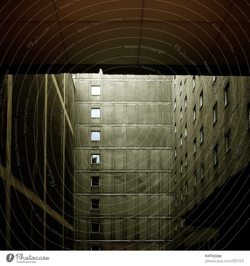 zimmer mit aussicht Armutsgrenze Hinterhof Plattenbau Fassade dunkel Lichthof Fenster grau Architektur gefängnishof gettho Bauernhof DDR architecture trist