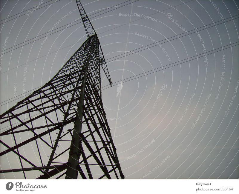 Es war einmal.. Himmel Tod laufen Flugzeug Energiewirtschaft Elektrizität Ecke Fluss Energie Verbindung Stress Spannung Draht Leitung Hochspannungsleitung Kondensstreifen