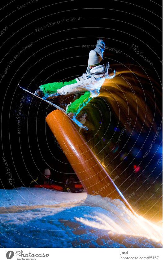 Nightshooting Tailpress blau Freude Winter dunkel schwarz Schnee Sport Körperhaltung Barriere Verbindung aufwärts Surrealismus Belichtung Lichtschein Snowboard neonfarbig