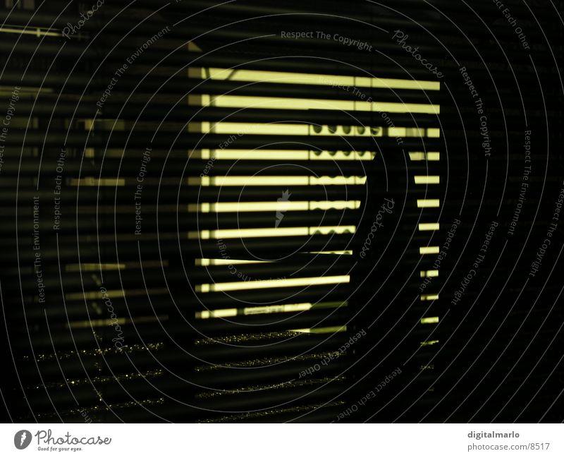 nachts draussen Haus dunkel Fenster Balkon Fensterscheibe Jalousie