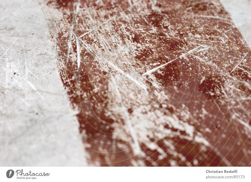 Kratzer Schrammstein schwer Blech Furche silber rot nah zerkratzen verkratzt Schilder & Markierungen Tafel Makroaufnahme Nahaufnahme Industrie macrophotography