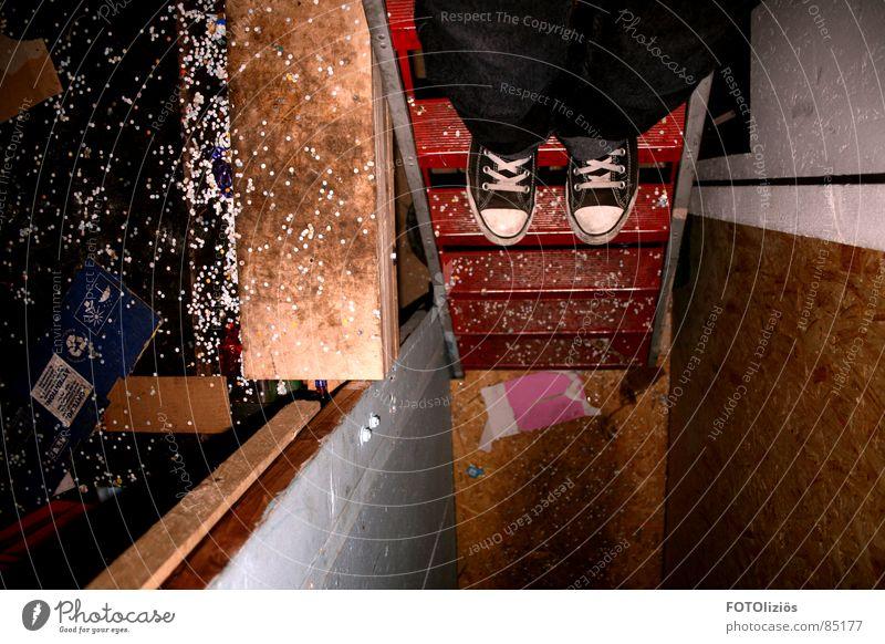 trau dich! rot dunkel schwarz oben Angst Treppe Schuhe hoch Papier Müll Karneval Panik Chucks bordeaux Turnschuh