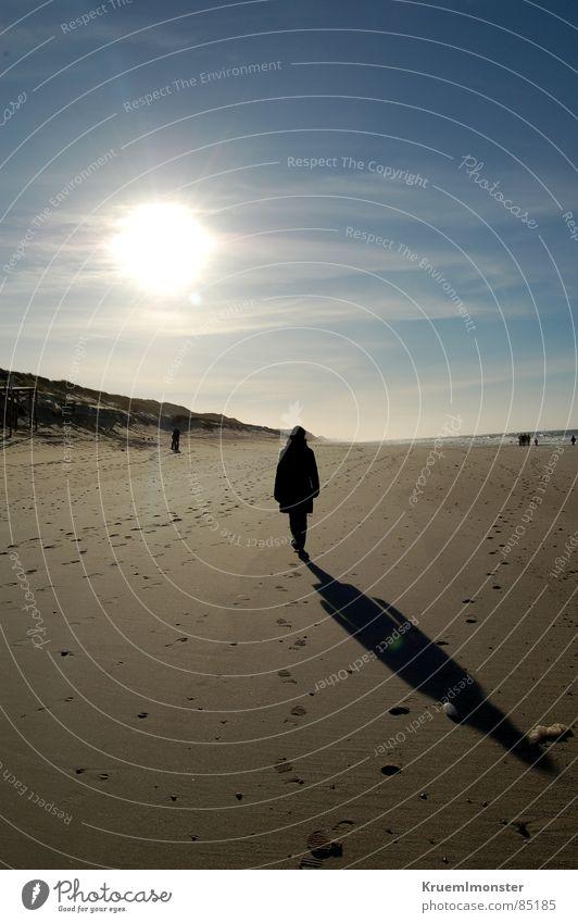 Ein Spaziergang... Frau Mensch schön Himmel Sonne Meer Winter Strand Wolken träumen Wärme Sand hell Beleuchtung Erde leer