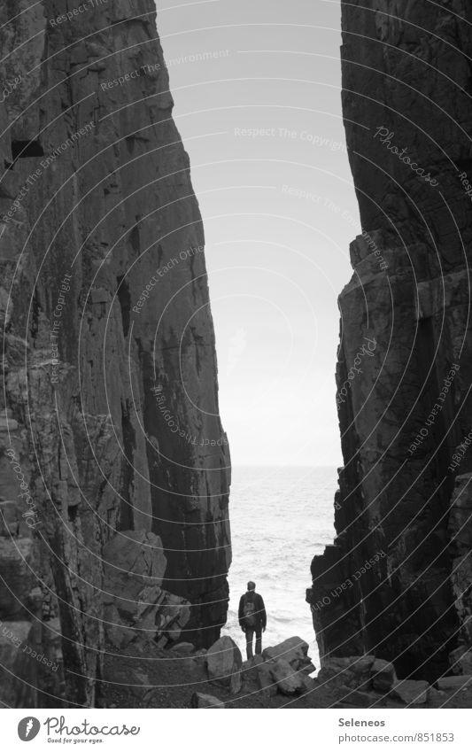 Abgrund Ferien & Urlaub & Reisen Tourismus Ausflug Abenteuer Ferne Freiheit Strand Meer 1 Mensch Wolkenloser Himmel Horizont Felsen Küste Erholung genießen