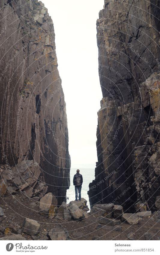 Abgrund Mensch Himmel Natur Ferien & Urlaub & Reisen Mann Meer Landschaft Ferne Umwelt Erwachsene Berge u. Gebirge Küste natürlich Freiheit Felsen Horizont