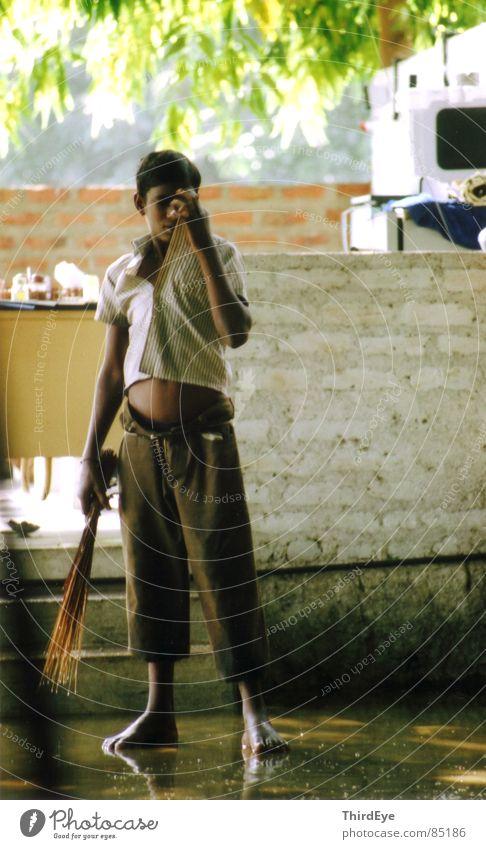 Hobbit Kind Sonne Junge Arbeit & Erwerbstätigkeit Armut Pause Asien stoppen Reinigen Müdigkeit Dienstleistungsgewerbe Indien Langeweile Barfuß Erschöpfung Gleichgültigkeit