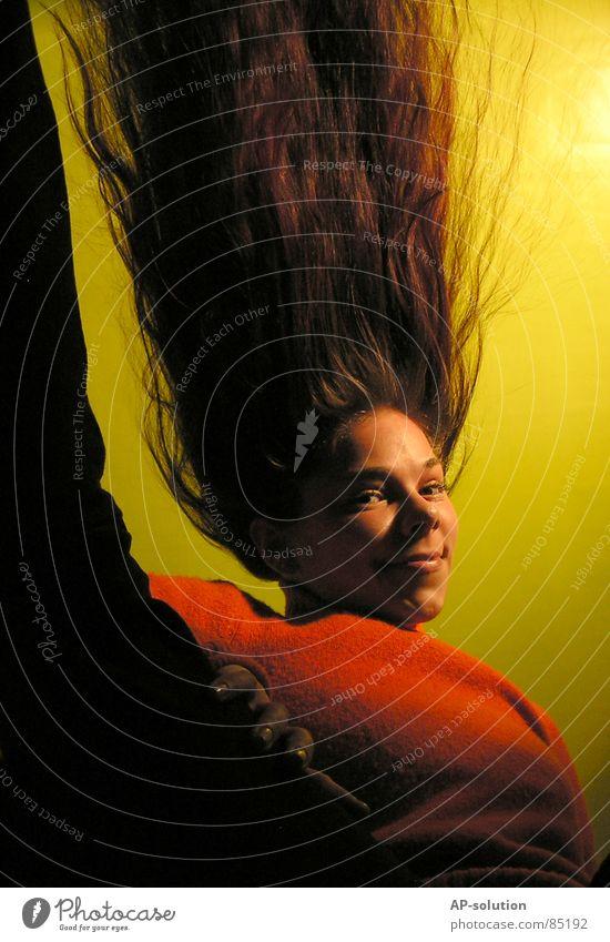 ... mir stehen die haare zu berge Frau Jugendliche grün rot Freude Farbe lachen Haare & Frisuren orange lustig verrückt langhaarig Unsinn Mensch verkehrt Humor