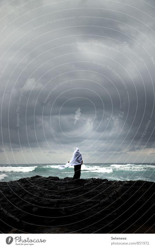 Sehnsucht nach Meer Mensch Frau Natur Ferien & Urlaub & Reisen Landschaft Wolken Ferne Strand Erwachsene Umwelt Küste Freiheit Horizont Wetter Tourismus