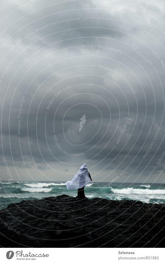 Die Frau und das Meer Ferien & Urlaub & Reisen Ausflug Abenteuer Ferne Freiheit Mensch Erwachsene 1 Umwelt Natur Landschaft Wasser Himmel Wolken Gewitterwolken