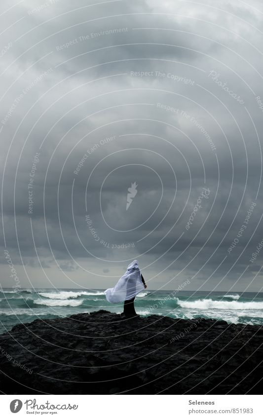 Die Frau und das Meer Mensch Himmel Natur Ferien & Urlaub & Reisen Wasser Landschaft Wolken Ferne Umwelt Erwachsene Küste natürlich Freiheit Horizont