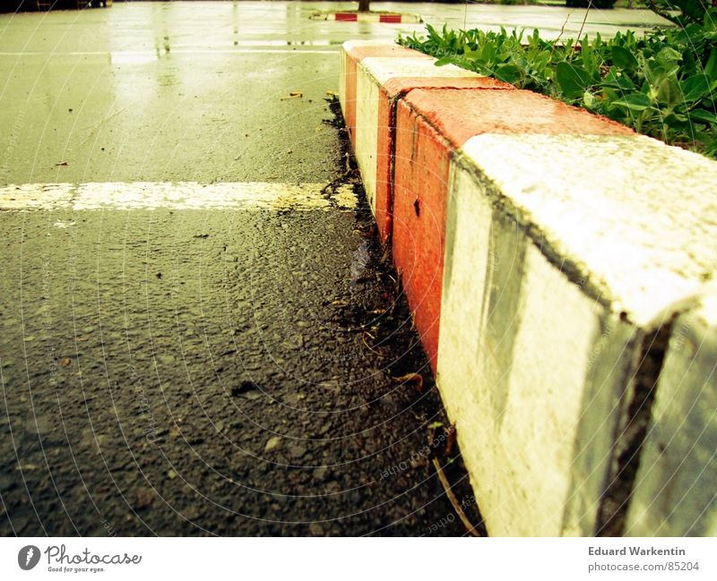 Sonntag-Morgen auf dem Parkplatz Regen nass Bodenbelag liegen Asphalt unten Verkehrswege Bordsteinkante