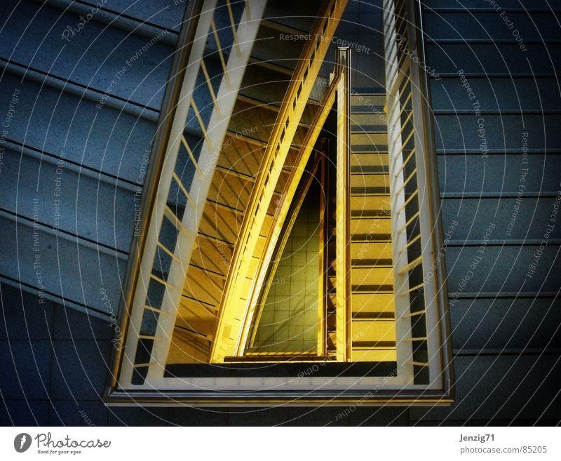 abwärts. Treppenhaus Haus Gebäude Treppengeländer Flur dunkel Licht Detailaufnahme Architektur