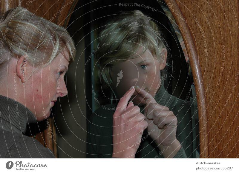 Spiegel-Bild Frau Hand schön Gesicht Auge Haare & Frisuren Linie blond Finger Perspektive Suche streichen Spiegel Konzentration zeichnen Gegenwart