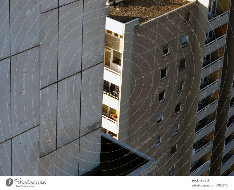 IDEAL 10 Architektur Gropiusstadt Wohnhochhaus Fassade kalt modern oben trist grau aufstrebend Bauhaus Etage Flachdach Lichteinfall Schattendasein anonym Spalte