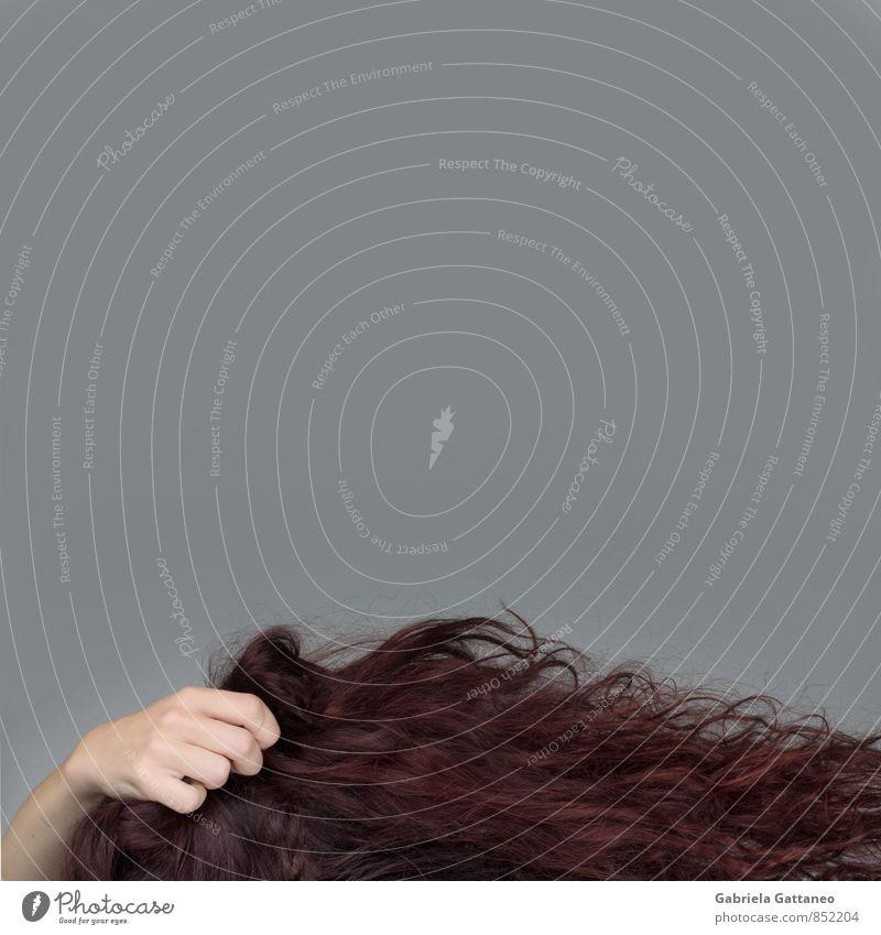 haarig feminin Frau Erwachsene Haare & Frisuren Hand 1 Mensch rot langhaarig rothaarig greifen Behaarung lockig abstrakt Farbfoto Innenaufnahme Studioaufnahme