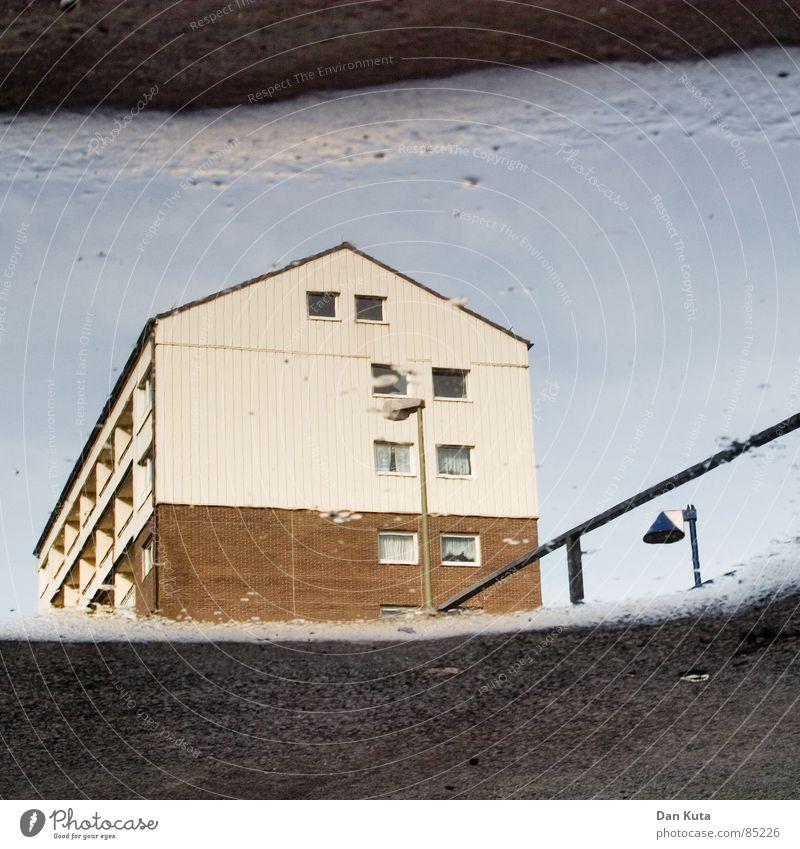 Metaphysischer Madoismus Wasser Himmel Haus gelb Straße dunkel Fenster Traurigkeit Regen dreckig Architektur Wetter nass trist Dach Bodenbelag