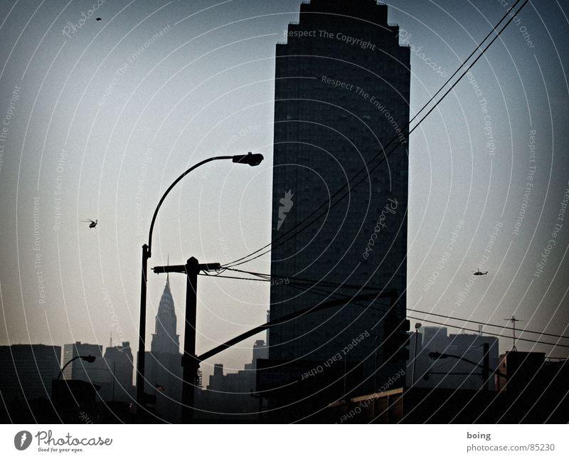Flushing Line to a Big City Night Plaza Bankgebäude Geldinstitut Hubschrauber Abend Sonnenuntergang Stufen-Pyramide New York City USA Verkehrswege