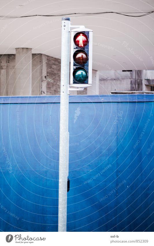 dnt wlk Baustelle Stadt Stadtzentrum Gebäude Mauer Wand Straße Ampel blau rot Vorsicht gefährlich Warnleuchte Verkehrskreuzung Rotlicht stoppen Farbfoto