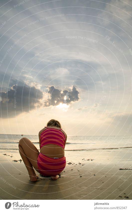 muscheln suchen Mensch Himmel Kind Natur Ferien & Urlaub & Reisen Sommer Meer Landschaft Wolken Mädchen Freude Strand feminin Spielen Sand Kindheit