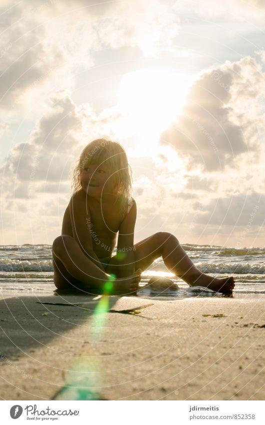 Abend am Strand Mensch Himmel Kind Ferien & Urlaub & Reisen schön Wasser Sommer Sonne Meer Wolken Freude Strand feminin Küste Spielen Schwimmen & Baden
