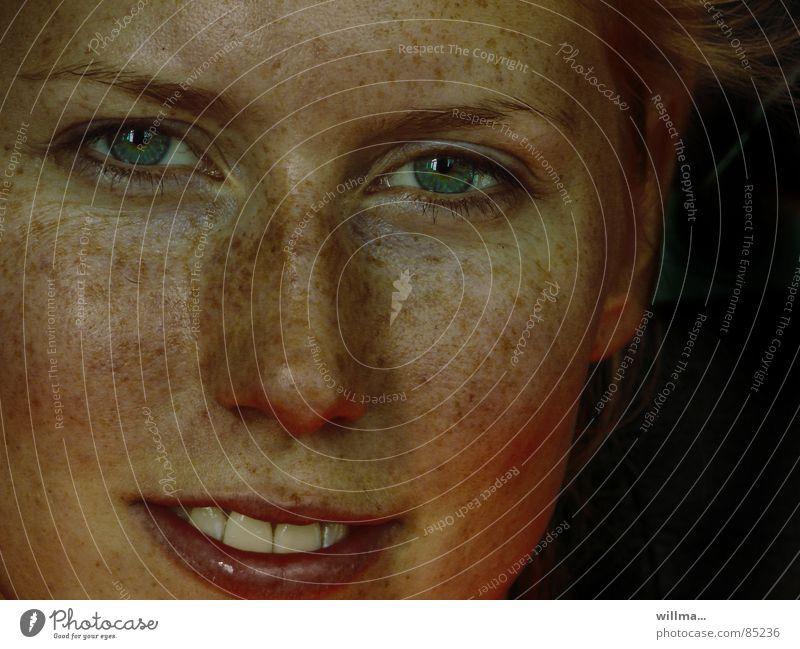 - wintersprossen - Mensch Jugendliche schön Gesicht Auge feminin lachen frisch natürlich authentisch einzigartig Lippen Porträt Junge Frau Sommersprossen Frau