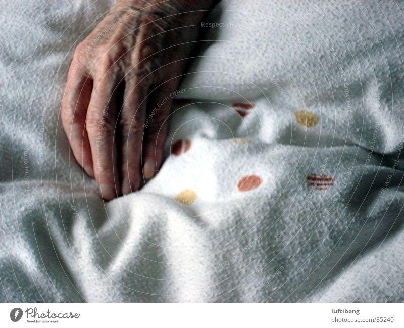 totenruhe Mann alt Hand Erholung Tod Senior Finger schlafen Vergänglichkeit Frieden Punkt Mensch Müdigkeit Bettdecke Großeltern Männerhand