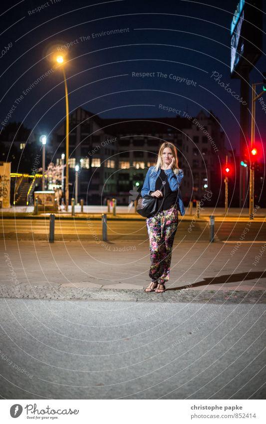 Kreuzberger Nächte sind lang Frau Jugendliche Stadt Junge Frau 18-30 Jahre dunkel Erwachsene Straße feminin Berlin Deutschland blond Tourismus stehen