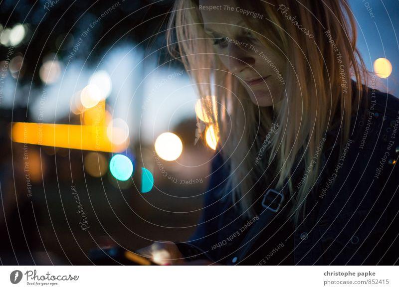 Displaybeleuchtung Handy Telekommunikation feminin Junge Frau Jugendliche Erwachsene 1 Mensch 18-30 Jahre 30-45 Jahre Berlin Stadt blond Blick dunkel Tippen SMS