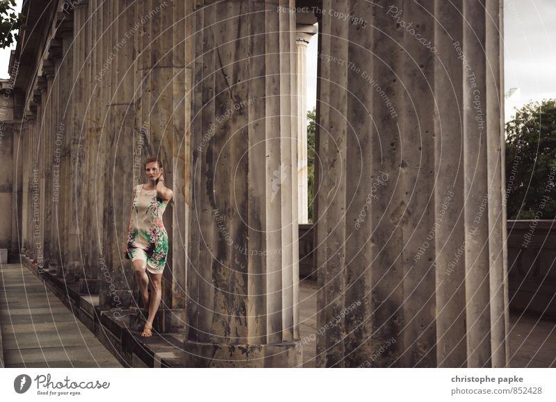 Säulendiagramm Lifestyle elegant Sightseeing Städtereise feminin Junge Frau Jugendliche Erwachsene 1 Mensch 18-30 Jahre 30-45 Jahre Berlin Stadt Bauwerk