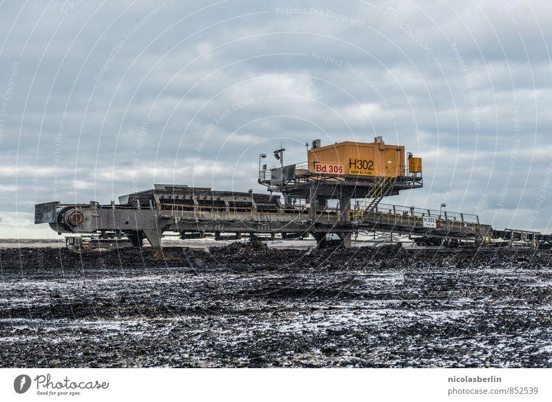 Kraft | Maschine gegen Natur Landschaft Wolken Winter dunkel kalt Umwelt außergewöhnlich Energiewirtschaft Feld Erde groß gefährlich bedrohlich Industrie