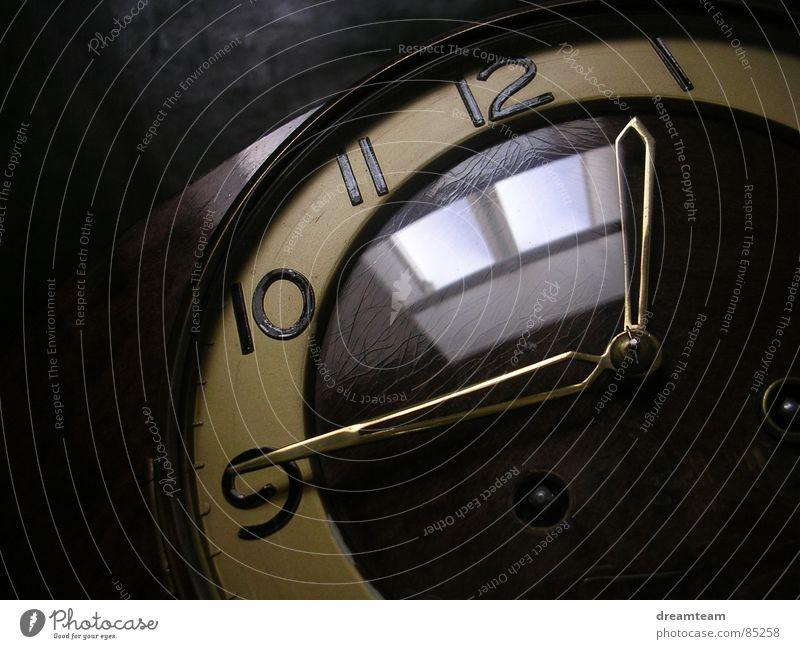 Fenster der Zeit Glocke Woche Wanduhr Schulpause Gong ticktack Uhr Ziffern & Zahlen dunkel Holz Tick Zukunft Gegenwart Vergangenheit Zeitreise Mittag