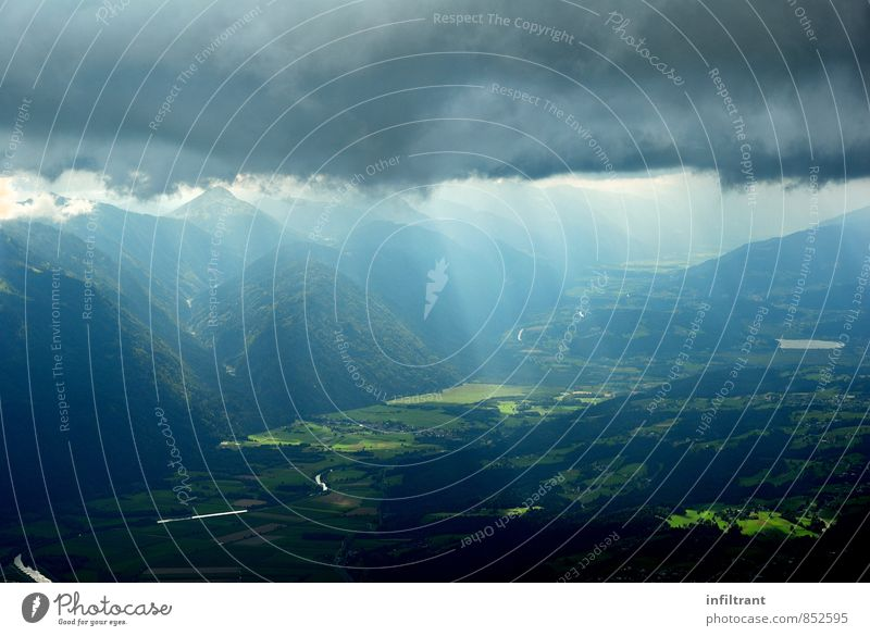 ein Unwetter zieht auf Landschaft Wolken Gewitterwolken Sommer schlechtes Wetter Hügel Berge u. Gebirge Tal bedrohlich dunkel blau grau grün Fernweh Klima Natur
