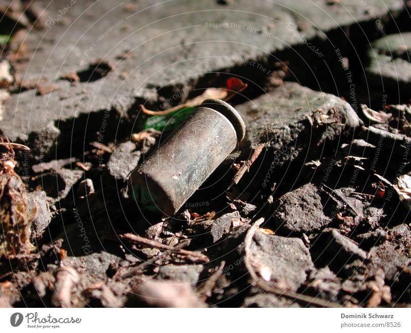 Bullettime Schußwaffen Bildart & Bildgenre Pistole Gewehr Makroaufnahme Waldboden Licht & Schatten obskur Patrone Kugel Detailaufnahme