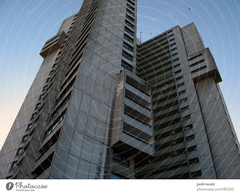 Wohnhochhaus IDEAL Einsamkeit Winter dunkel kalt Architektur grau außergewöhnlich oben Fassade trist modern authentisch Perspektive Wolkenloser Himmel