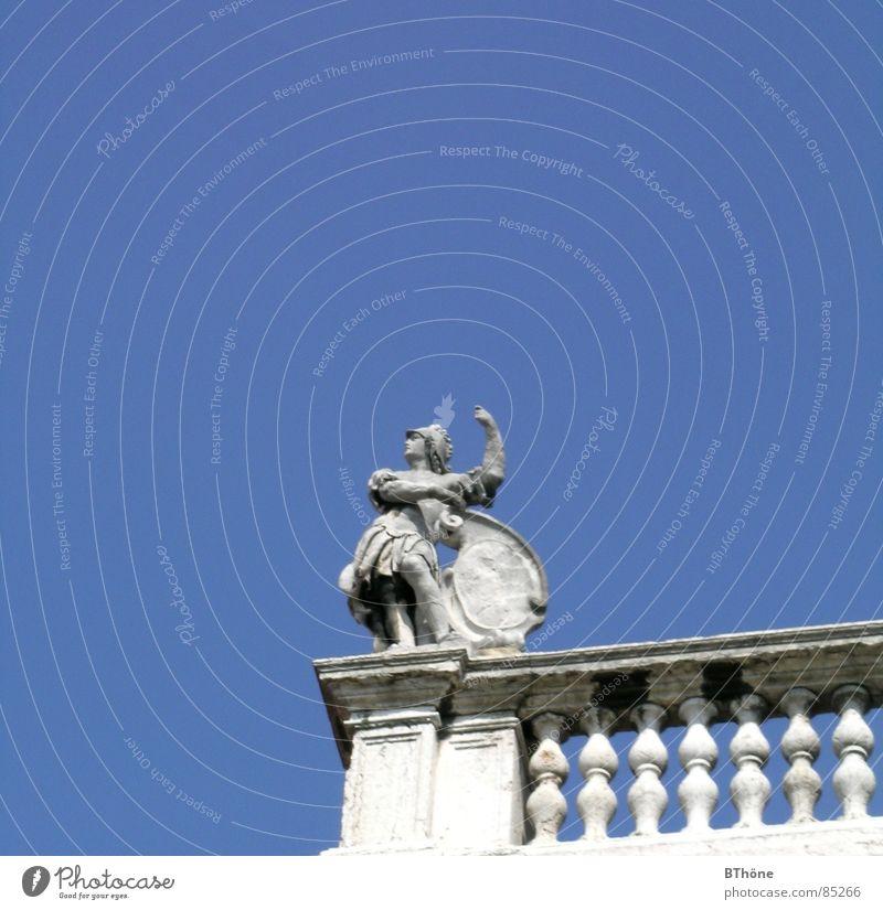 Triumpf Verona Italien weiß Krieger Statue Körperhaltung Balkon glänzend Herrlichkeit hoch elegant Schwung Erfolg Kraft Blauer Himmel Swing Kunst Kultur Rom