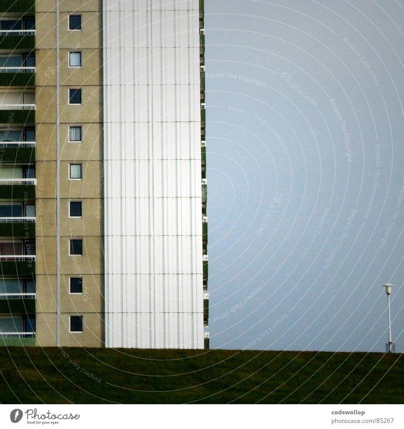 des res Fenster Hochhaus Straßenbeleuchtung Balkon 9 Detailaufnahme Trauer Verzweiflung block of flats residence grass balcony windows nine