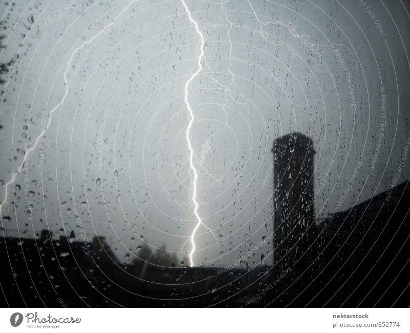 Ungewitter mit Blitzen Sommer schlechtes Wetter Sturm Regen Gewitter Stadt springen Kraft Feldrand window lightning weather thunder house thunderstorm glass