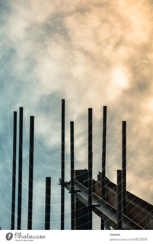 unfertig Bauwerk Baustelle Stab Stahl Stahlverarbeitung Stahlträger vertikal Himmel Wolken Romantik unvollendet Farbfoto Außenaufnahme Menschenleer