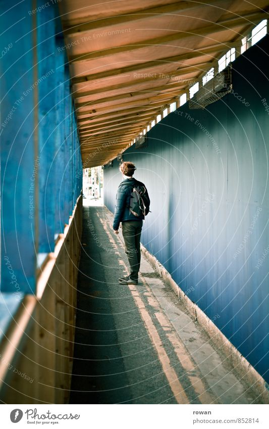 fluchtpunkt Mensch maskulin Junger Mann Jugendliche Erwachsene 1 blau Tunnel innehalten Blick Pause Stadtleben Baustelle Fußgänger Tunnelblick Holzgestell