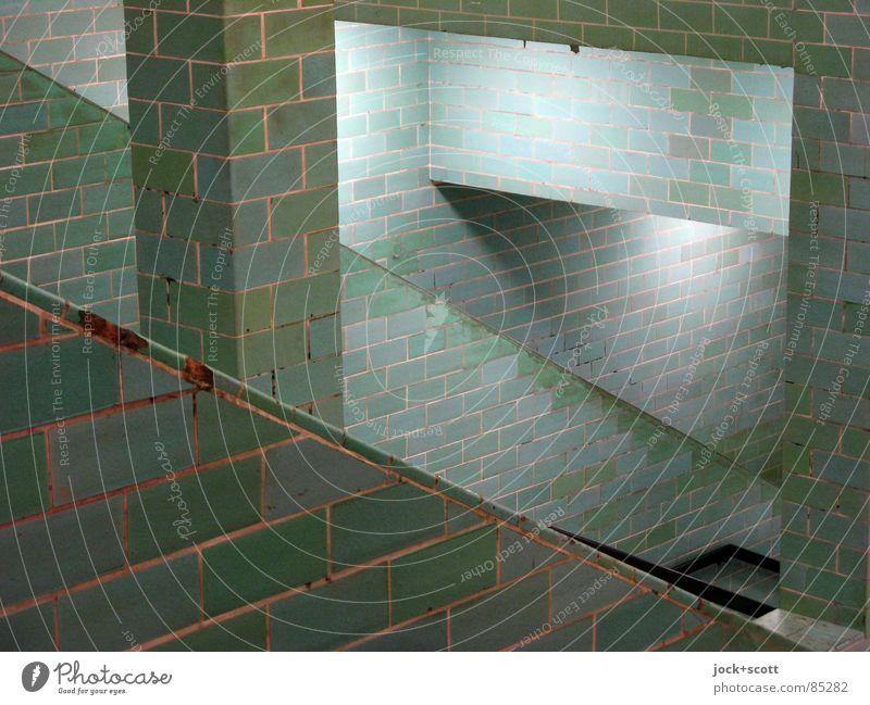 Auf und Ab Bahnhof Bauwerk Wand Treppe Säule U-Bahn historisch Originalität unten grün Stimmung standhaft Netzwerk Ordnung Wege & Pfade abwärts aufsteigen