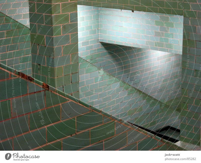 Auf und Ab Berlin-Mitte Stadtzentrum Bahnhof Bauwerk Wand Treppe Säule U-Bahn historisch Originalität unten grün Stimmung standhaft Netzwerk Ordnung