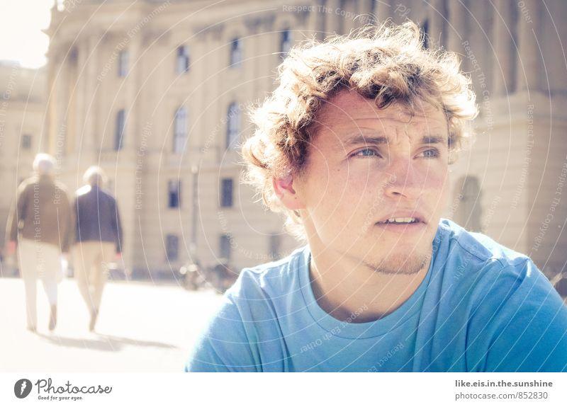Berlin du bist so wunderbar. Jugendliche Mann blau Stadt Sommer 18-30 Jahre Junger Mann Erwachsene Herbst Architektur Denken maskulin Stadtleben nachdenklich