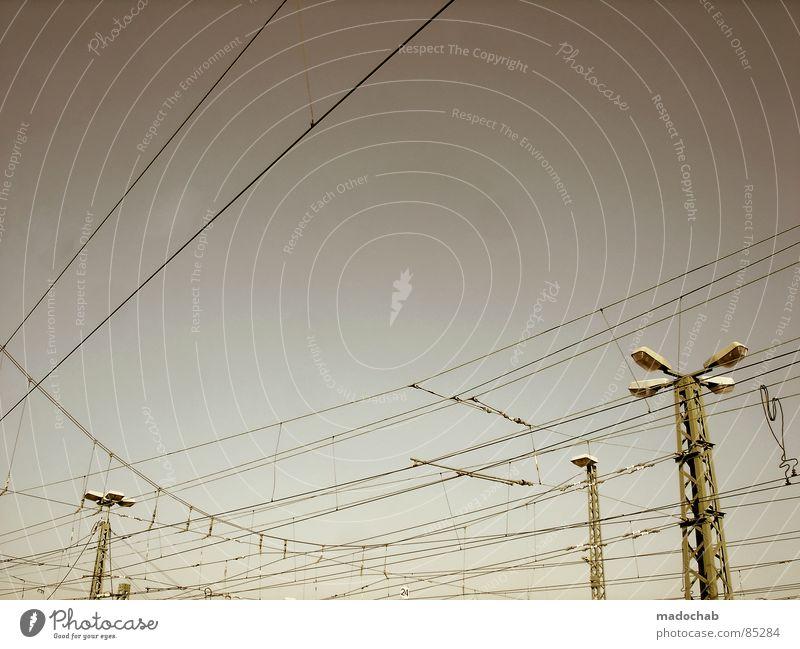 BEZIEHUNGSGEFLECHT Verbindung Leitung Knoten chaotisch Überleitung streben graphisch Laterne Lampe Draht Elektrizität Kraft Himmel Muster industriell