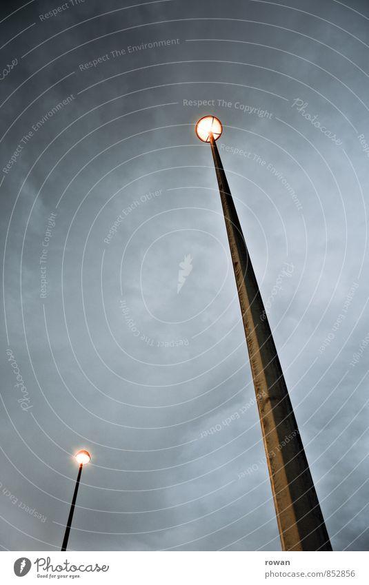 lichtpunkte Wolken dunkel hoch Stern erleuchten Straßenbeleuchtung Unwetter Gewitter vertikal Lichtpunkt schlechtes Wetter Gewitterwolken Laternenpfahl