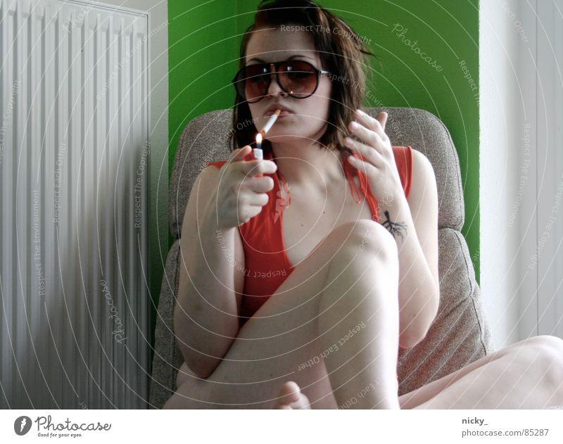 lonesome pussy Frau Hand grün rot Wand Mensch Finger Rauchen Heizkörper Sessel Heizung