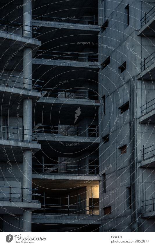 licht Haus Hochhaus Bauwerk Mauer Wand dunkel gruselig Stadt Angst Beton Betonplatte Baustelle unvollendet Lichtschein Nacht Etage Ruine Bauruine Farbfoto