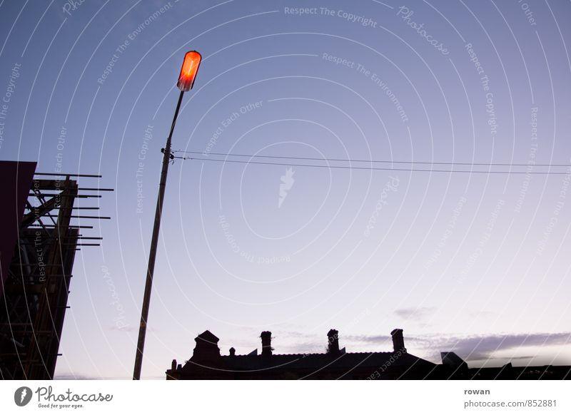 abend Stadtzentrum Menschenleer dunkel Straßenbeleuchtung Laternenpfahl Stadtleben Sonnenuntergang Gegenlicht Beleuchtung Farbfoto Außenaufnahme Abend Dämmerung